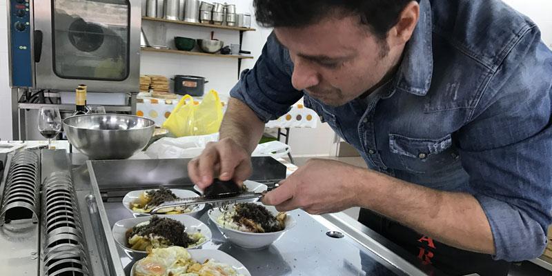 Marcos cocinando en Bodegas Comenge